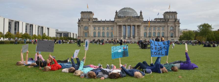 Fridays for Future vor dem Reichstagsgebäude in Berlin