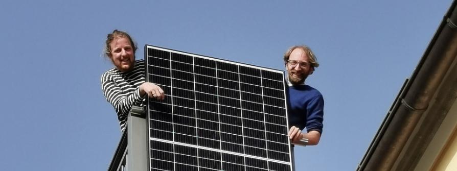 """""""plan b: Sparsam und sauber: Strom aus der Nachbarschaft"""": Andreas Gißler und Peter Antes bei der Installation eines Balkonkraftwerkes."""