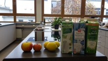 Verschiedene Milch und Apfelsorten